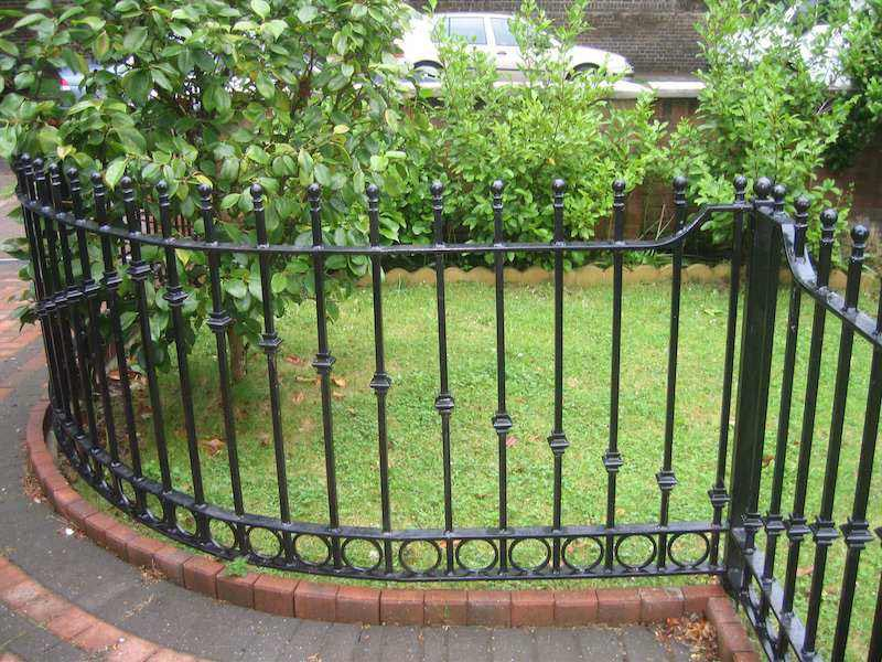 Make your lawn well groomed with metal garden fence for Garden fencing ideas metal